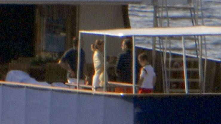 Nicolas Sarkozy (2.v.r.) mit seinem Sohn Louis (r.) an Bord der Paloma