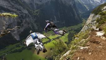 Basejumpers mit Wingsuits über Lauterbrunnen im Berner Oberland