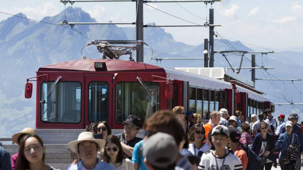 Touristen bei der Station Rigi Kulm, im Hintergrund der Pilatus.