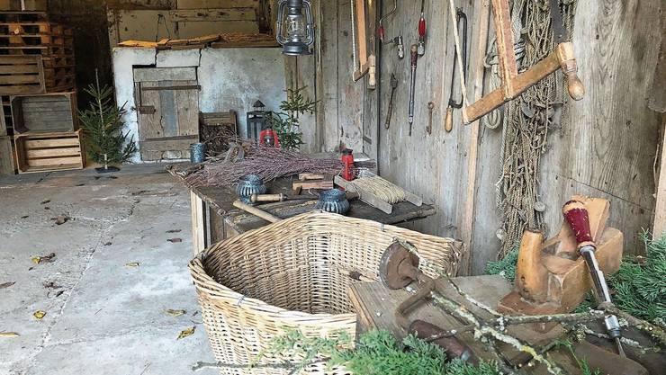 Statt in der Stube begrüsst der Samichlaus in diesem Jahr in seiner offenen Werkstatt hinter dem Hochuli-Haus.