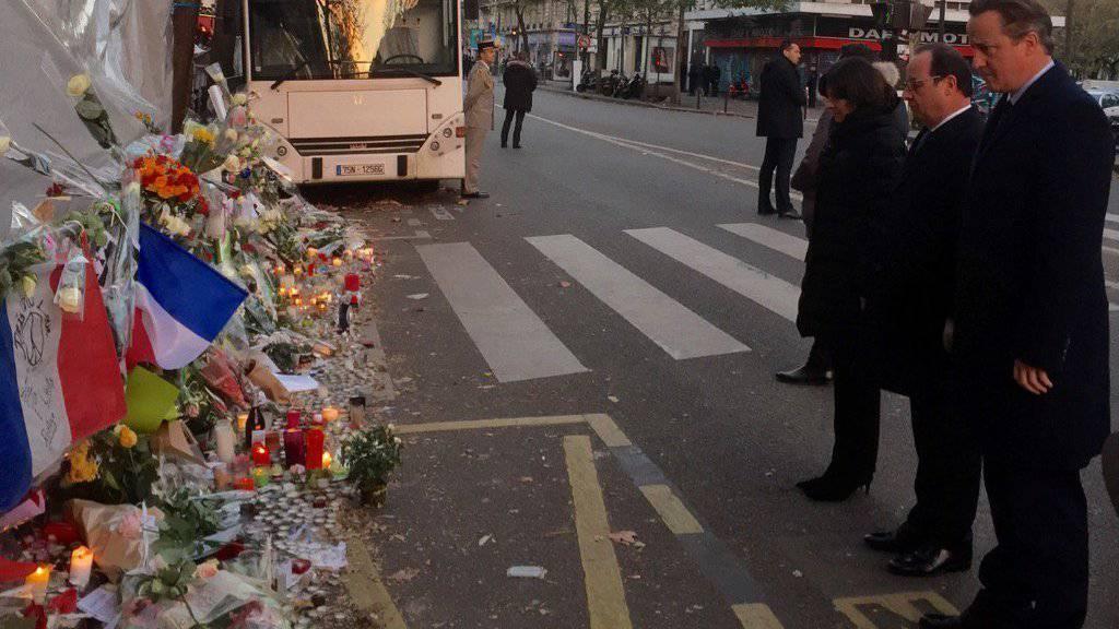 Gemeinsam Blumen niedergelegt: Frankreichs Präsident François Hollande (2. v. r.) und der britische Premierminister David Cameron (r.) vor dem Bataclan, wo am 13. November 89 Menschen getötet worden waren (Quelle: Twitter-Account von Cameron)