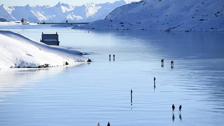 Spiegelglattes Eis auf dem Lago Bianco auf dem Berninapass GR: Eis entzückt nicht nur Naturfotographen und Schlittschuhläufer, sondern tut auch Flora und Fauna gut. (Archivbild)