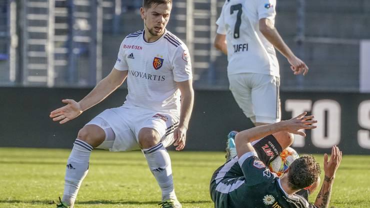 Alexander Gerndt (r.) liegt hier zwar neben Yves Kaiser (l.) am Boden, nicht aber der FC Lugano. Die Partie endet 1:1 trotz der grossen Favoritenrolle der Basler.