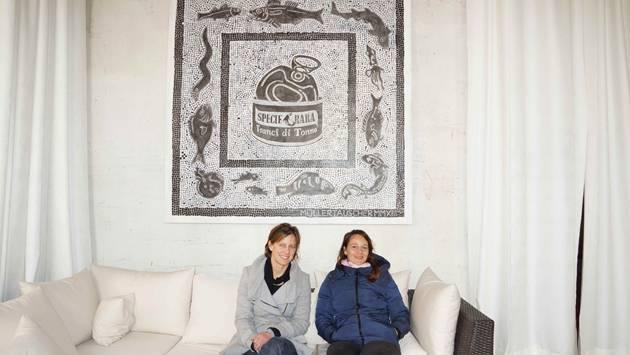 Melanie Tauscher (links) und Rahel Müller vor ihrem Werk, zu dem sie von den Mosaiken von Ostia inspiriert wurden.