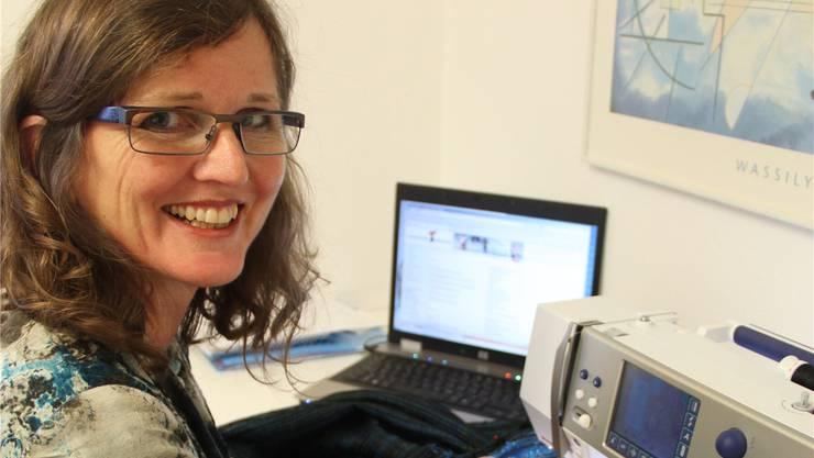 Ariane Gregor findet den Ausgleich zur Politik in ihrer Kreativität – zum Beispiel an der Nähmaschine.