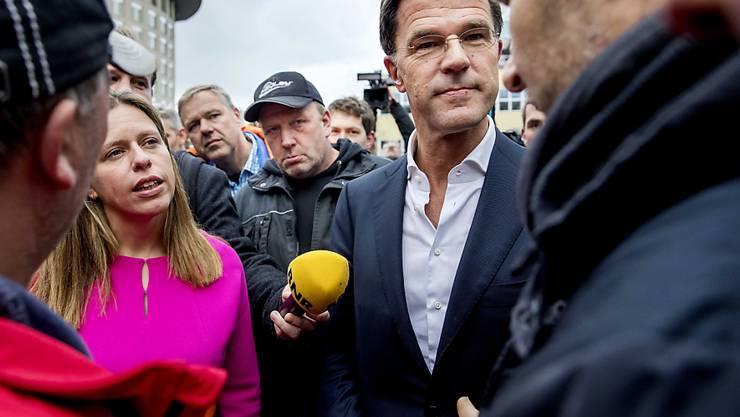"""Als erstes Land in Europa führen die Niederlande Tempo 100 als Höchstgeschwindigkeit auf Autobahnen ein. Das sei zwar eine """"beschissene Massnahme"""", aber angesichts der notwendigen Senkung des Ausstosses von Stickoxiden unumgänglich, sagte Ministerpräsident Mark Rutte (2. von links)."""