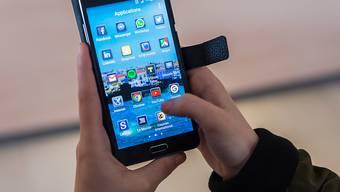 Dating-Apps greifen auf viele Daten auf dem Smartphone zu. Das ist gefährlich und kaum einem Nutzer klar. (Symbolbild)