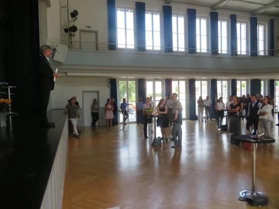 bbz-Rektor Philippe Elsener (links) spricht zu einer der sechs Abschlussklassen im Casino Wohlen.