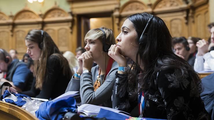 Nachdenken, debattieren, zuhören, gestalten: Teilnehmerinnen und Teilnehmer der Jugendsession im Nationalratssaal.