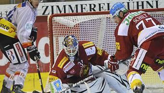 Schilt (r.) und Goalie Robert Esche vereint gegen den Bieler Haas