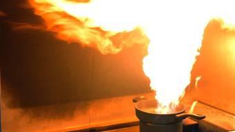 Brennendes Öl in einer Pfanne (Symbolbild)