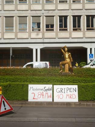 Die JUSO Kanton Zürich zeigt, wie teuer der Gripen-Kauf im Vergleich mit einem modernen Spital wäre.
