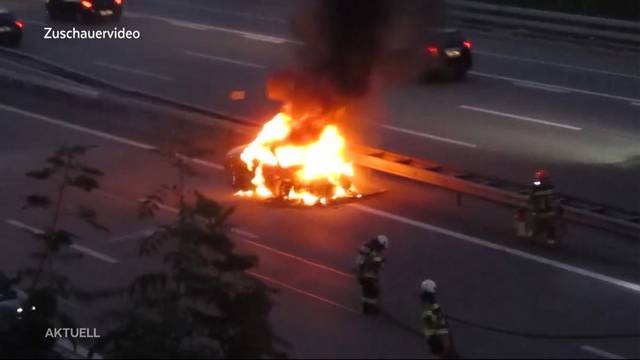 Auto fängt während Fahrt auf A1 Feuer