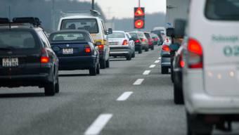 Stau auf der Autobahn A18 wegen einer Auffahrkollision. (Symbolbild)
