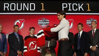 Nico Hischier zieht sich das Trikot der New Jersey Devils über.