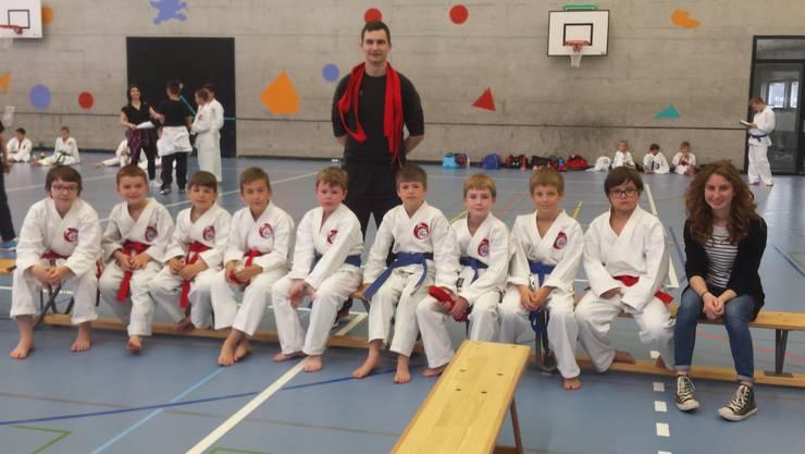 Die Nachwuchskaratekas der Shinsei Kan Karateschule aus Lenzburg bereit für ihren Einsatz.