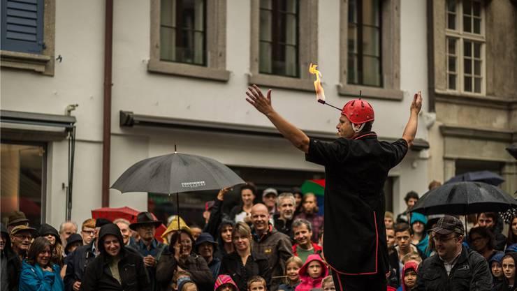 Das Gauklerfestival in der Lenzburger Altstadt fand bei regnerischem Wetter statt, Leute hatte es trotzdem. Das freute Artist Maurangas aus Spanien.Chris Iseli