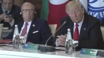 Ohne Kopfhörer: Donald Trump bei Gentilonis Ansprache auf Italienisch.
