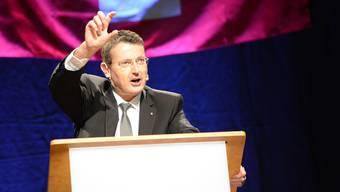 Parteipräsident und Nationalrat Thomas Burgherr warnte bei seiner einleitenden Rede vor dem Unterschreiben des Uno-Migrationspakts. (Archivbild)