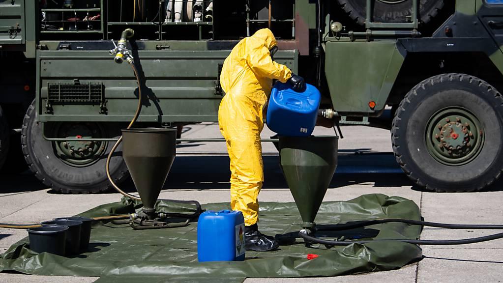 ARCHIV - Ein Soldat des ABC-Abwehrkommandos stellt auf dem Gelände der Universität der Bundeswehr Desinfektionsmittel her. Foto: Sven Hoppe/dpa