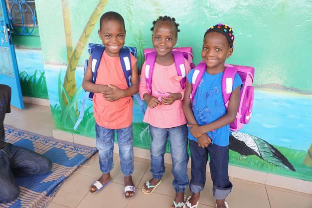Diese drei Erstklässler wohnen im Kinderheim «L'Île de Bonheur» im zentralafrikanischen Burkina Faso.  zvg
