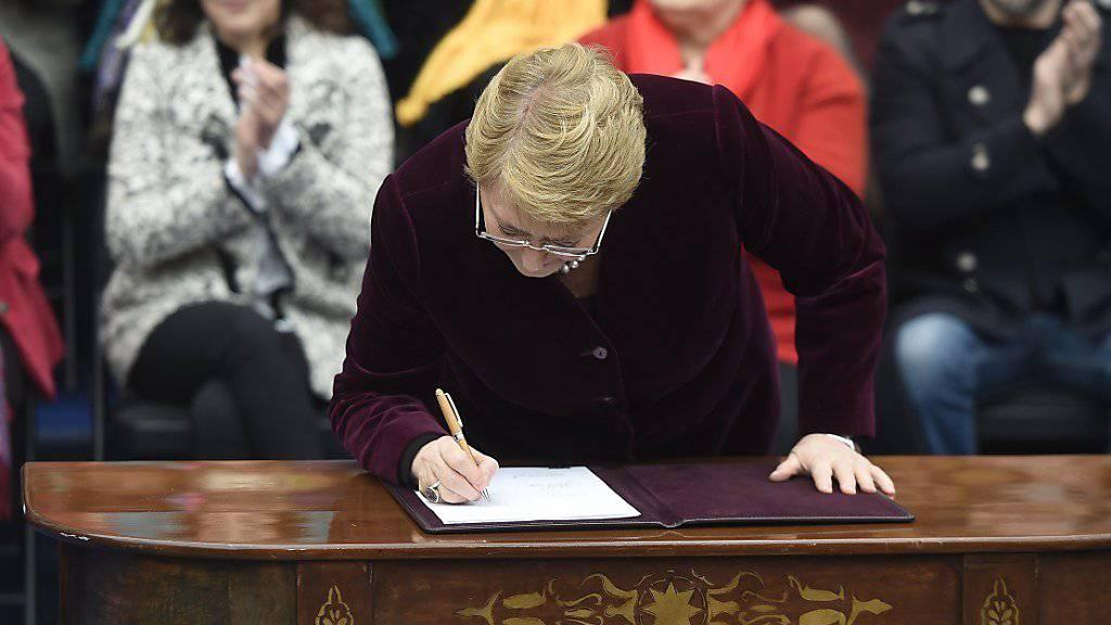 Die Präsidentin Chiles, Michelle Bachelet, hat ein Gesetz zur Aufweichung des Abtreibungsverbots in ihrem Land unterzeichnet und damit in Kraft gesetzt.