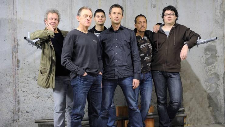 Leadsänger und Schulvorsitzender Roger Kurt (4.v.l.) posiert mit seinen Bandkollegen (v.l.) Thomas Hefti, Markus Obrecht, Mischa Obrecht, Stephan Kohler und Jürg Iseli. zvg
