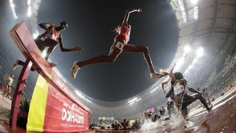 Athletinnen kämpfen sich durch den 3000-Meter-Hürdenlauf an der Leichtathletik-WM in Doha.
