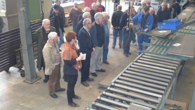 Die Seoner-Senioren zeigten reges Interesse beim Rundgang durch die Produktion.