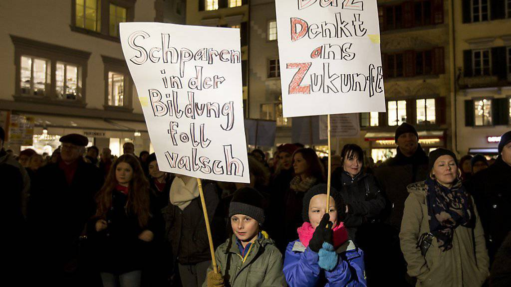 «Foll valsch»: An der Demonstration gegen Sparmassnahmen in Luzern wehren sich auch Kinder gegen Abbau bei der Bildung.
