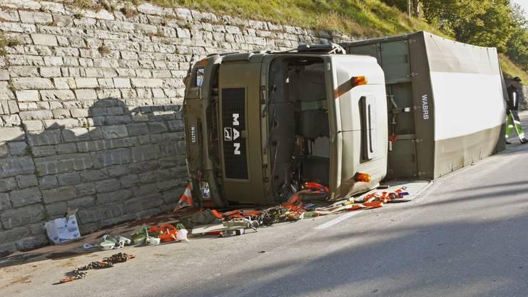 Militärlastwagen überschlägt sich in Illanz