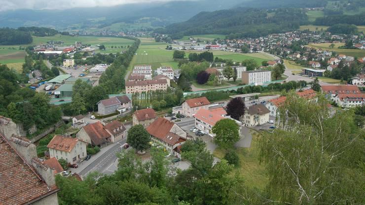 So könnte sich die Linienführung (grüner Streifen) mit neuer Strasse und Kreisel vom Schloss Alt-Falkenstein aus betrachtet, präsentieren.