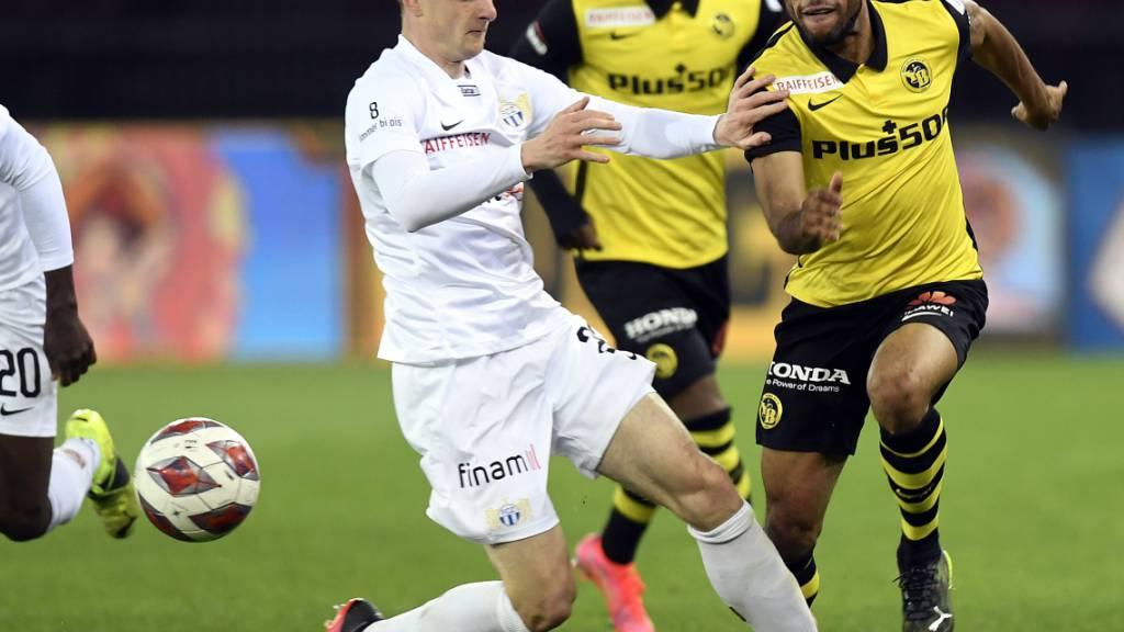 Der Zürcher Fabian Rohner gegen die Berner Christopher Martins und Meschack Elia. In diesem Spiel blieben die Berner zum 18. Mal in Folge in fremden Stadien unbesiegt. Es ist ein Super-League-Rekord.