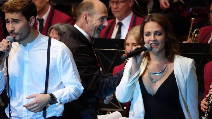 Ein grosser Showmoment - Michèle Binder und Gino Carigiet interpretieren 'L.O.V.E' von Nat King Cole - Dirigent Heinz Binder freut's (Bild ub)