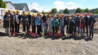 Stiftungsrat, Architekten, Bauunternehmer und Bewohner sowie Beschäftigte der Stiftung MBF nahmen gemeinsam den Spatenstich für den Neubau vor. nbo