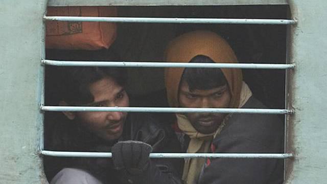 Passagiere in indischem Zug (Symbolbild)