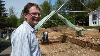 Pierre Harb Kantonsarchäologe auf einem neuen Grabungsplatz in Erschwil, der Ende Mai der Bevölkerung näher vorgestellt wird.