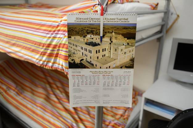 Ein Kalender hängt an einem Bett in der Asylunterkunft Aarburg.