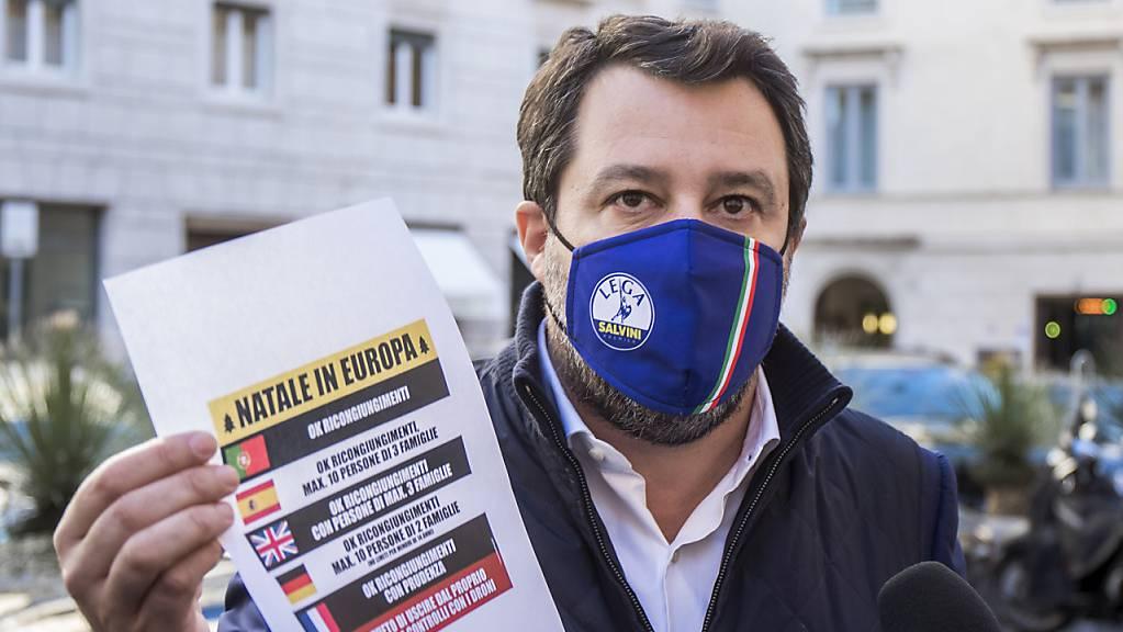 Matteo Salvini, ehemaliger Innenminister von Italien, trägt eine Mund-Nasen-Bedeckung, hält einen Zettel in der Hand und spricht vor dem Senat mit Journalisten. Foto: Roberto Monaldo/LaPresse via ZUMA Press/dpa