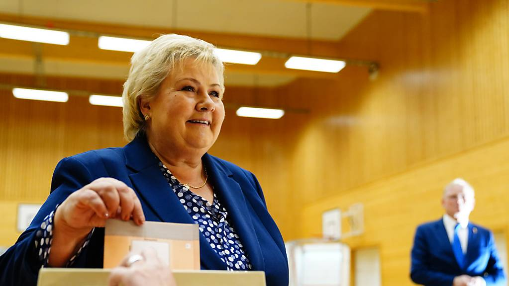 Erna Solberg, norwegische Ministerpräsidentin und Vorsitzende der konservativen Partei Hoyre, gibt ihre Stimme bei den Parlamentswahlen 2021 ab. Am Montag wählt Norwegen ein neues Parlament. Nach acht Jahren unter Ministerpräsidentin Solberg deuten die Umfragen auf einen Regierungswechsel hin.