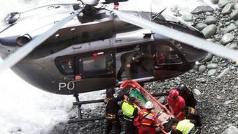 Rettungsarbeiten bei einem schweren Busunglück in Peru.