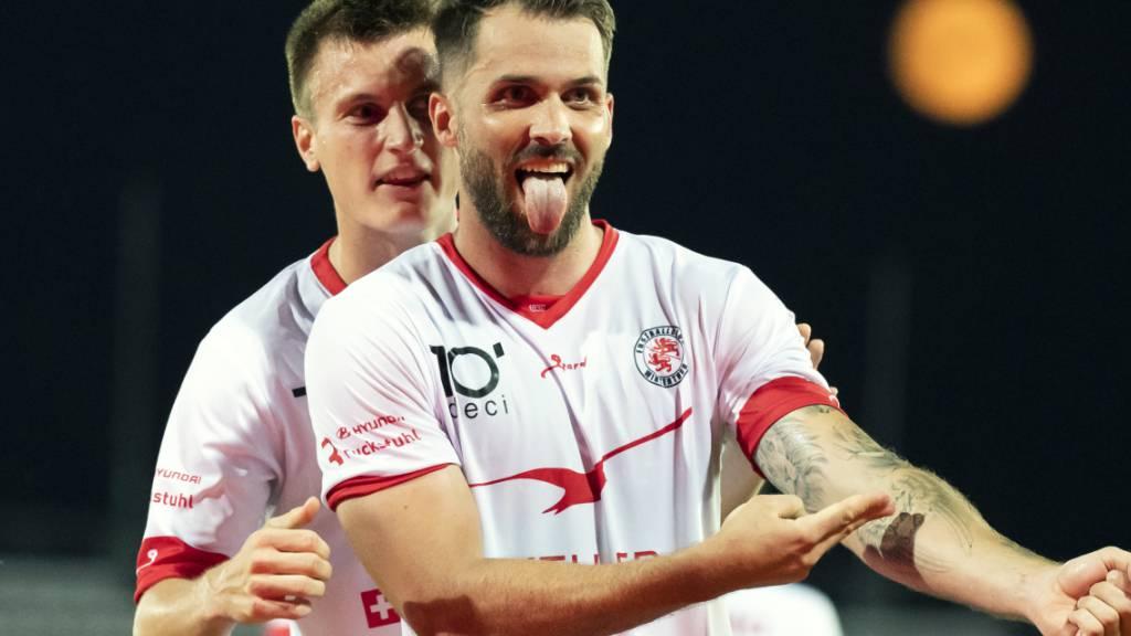 Roman Buess (vorne) freut sich über sein Penaltytor in Lausanne