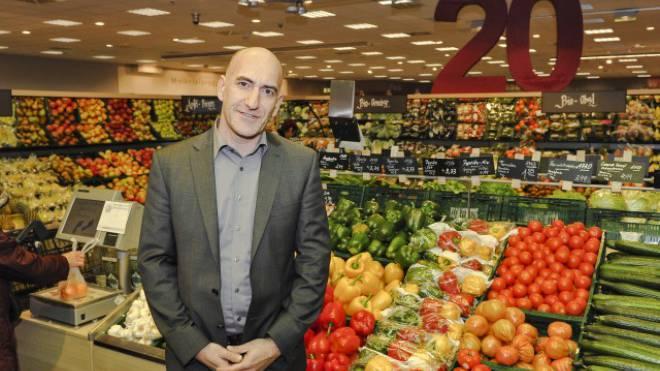 Dieter Hieber in der Obst- und Gemüseabteilung seiner Filiale in Weil am Rhein, die seit über 20 Jahre zahlreiche Schweizer Kunden anlockt. Foto: Martin Töngi