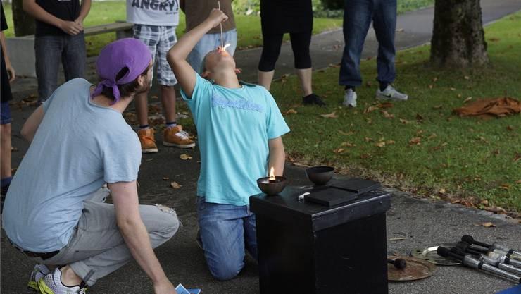 Feuerschlucken will geübt sein – die Kinder des Kinderheims St. Benedikt bereiten sich auf ihren Auftritt vor. Dominic Kobelt