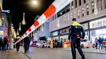 Nach der Messerattacke in Den Haag geht die Fahndung nach dem flüchtigen Täter mit Hochdruck weiter.