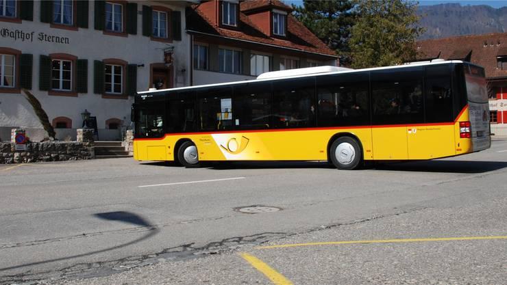 Vorläufig endet hier der Postautokurs nach Matzendorf, das Postauto wendet zwischen Post und «Sternen».