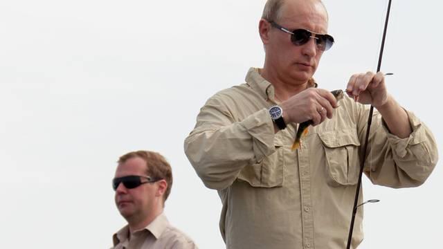 Kremlchef Dimitri Medwedew (l.) und Premier Wladimir Putin müssen kaum nach Wählerstimmen fischen (Archiv)
