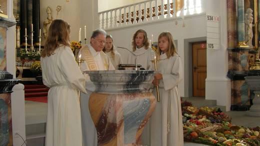 Pfarrer Alphons Brunner feierte mit den Auwern das Erntedankfest und das Kirchenjubiläum.
