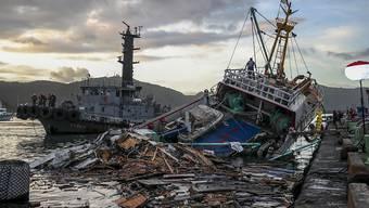 Die Brücke stürzte auf die unter ihr wartenden Fischerboote in Nanfangao.