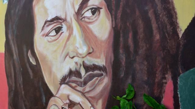Bob Marley als Bild an einer Gartenmauer in seinem Haus in Kingston